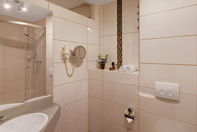 Doppelzimmer Schlossberghotel Oberhof, Blick in das Badezimmer