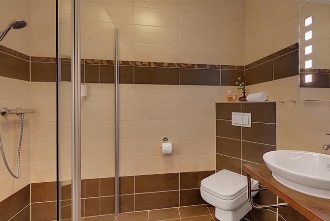 Premium-Doppelzimmer Schlossberghotel Oberhof, Blick in das Badezimmer