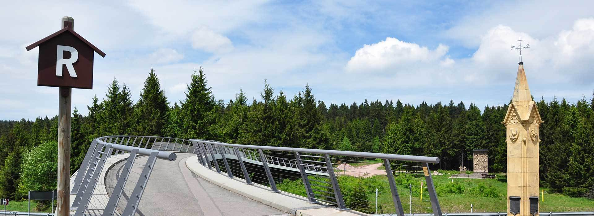 Gruppenreise Rennsteigtage Oberhof | Bild Rondell Oberhof mit Rennsteig Beschilderung | © Henry Czauderna - fotolia.com